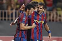 Střelec jediného gólu Superpoháru Pedro Rodriguez (vlevo) přijímá gratulaci od svého barcelonského spoluhráče Daniela Alvese.