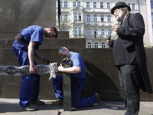 Kolem sochy sv. Václava v centru Prahy byl 25. dubna za dozoru pracovníků památkové péče osazen zrestaurovaný řetěz.
