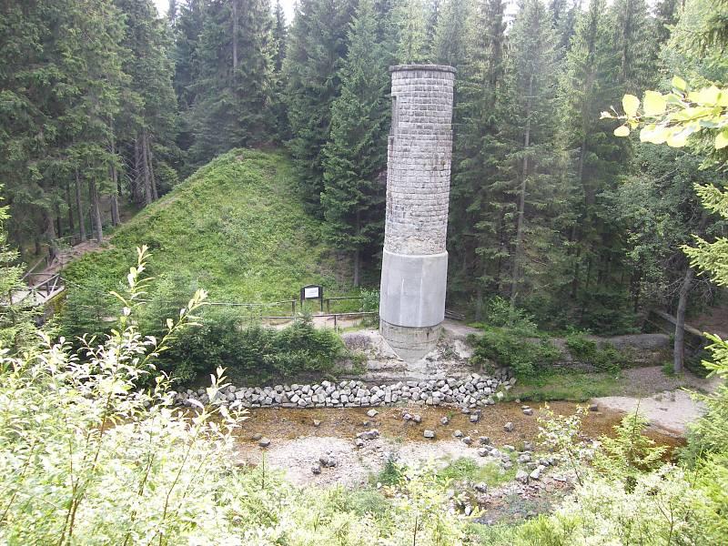 Protržená přehrada Desná. Přehrada byla vybudována na řece Bílé Desné vroce 1915. Vzáří následujícího roku došlo ke katastrofě. Přehrada se protrhla a smetla část obce Desná.