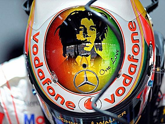 Lewis Hamilton má po ruce vždy pomocníka - Boba Marleyho.
