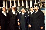 Sestry řádu sester Cyrilek na Velehradě v Římě při svatořečení Anežky České (Marie Dudová druhá zleva)