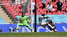 Anglický fotbalista Raheem Sterling (uprostřed) dává gól Chorvatsku.