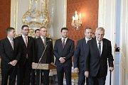Prezident Miloš Zeman (vpravo) přichází do sálu na Pražském hradě, kde jmenoval 13. prosince vládu premiéra Andreje Babiše (ANO). Druhý zleva je prezidentův mluvčí Jiří Ovčáček, uprostřed strojí předseda sněmovny Radek Vondráček.