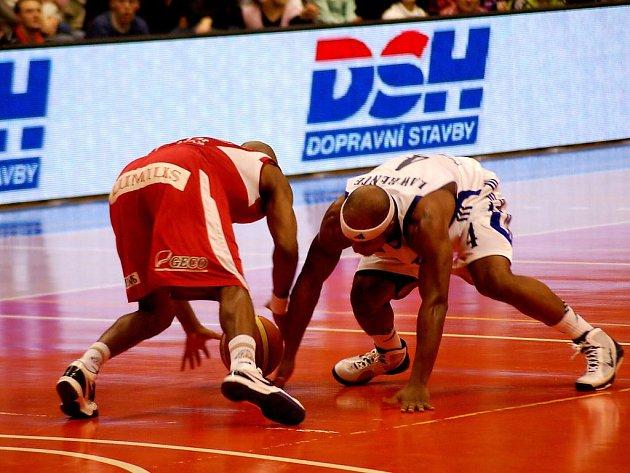 První letošní ligovou porážku přichystali Nymburku basketbalisté Prostějova.