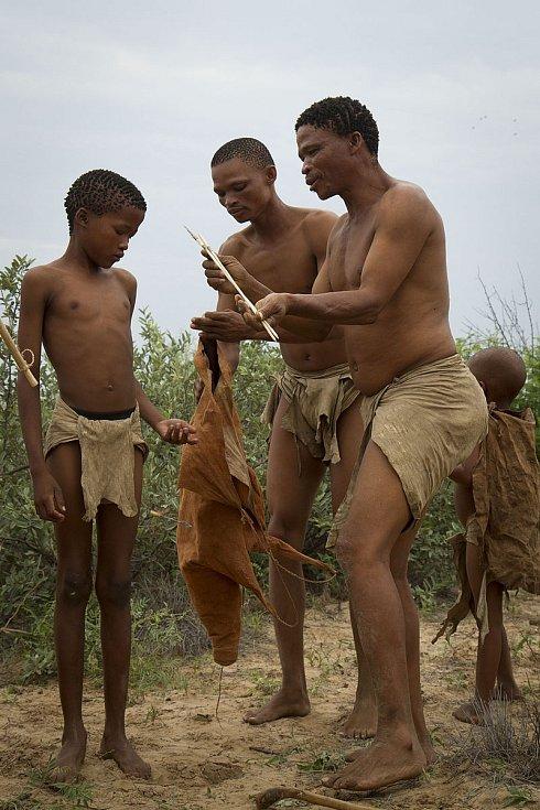Křováci z Botswany s ulovenou kořistí, zdolanou pomocí lukostřelby