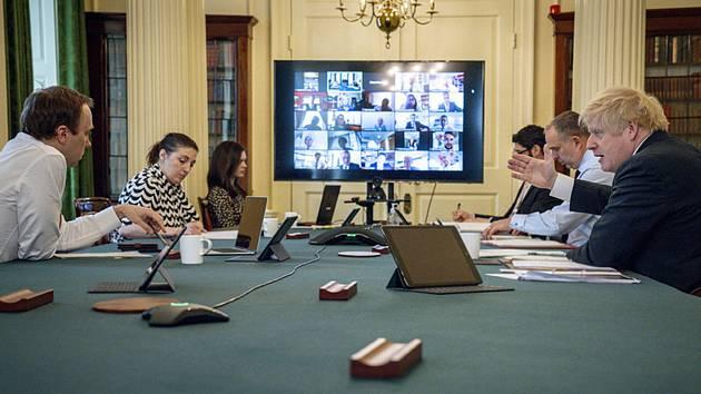 Boris Johnson řídí z premiérského sídla v Downing Street 10 videokonferenci svého kabinetu, 30. dubna 2020