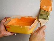 Oranžová výborně rozjasní tmavé místnosti. Ilustrační foto