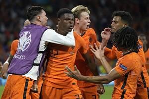 Nizozemský fotbalista Denzel Dumfries (druhý zleva) se raduje se spoluhráči ze svého gólu
