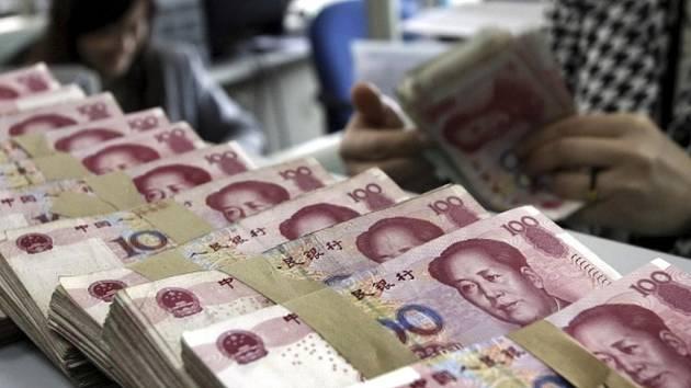 V přepočtu téměř 800 milionů korun vložili důvěřiví Číňané do falešné banky ve městě Nankingu na východě země. Pět údajných podvodníků, kteří vybudovali důvěryhodnou provozovnu s přepážkami i zaměstnaneckými uniformami jako v kterékoli státní bance.