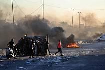Demonstranti na ulici v Bagdádu během násilných protivládních protestů 4. října 2019