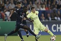 Lionel Messi z Barcelony (vpravo) a Blaise Matuidi z Paris St. Germain.