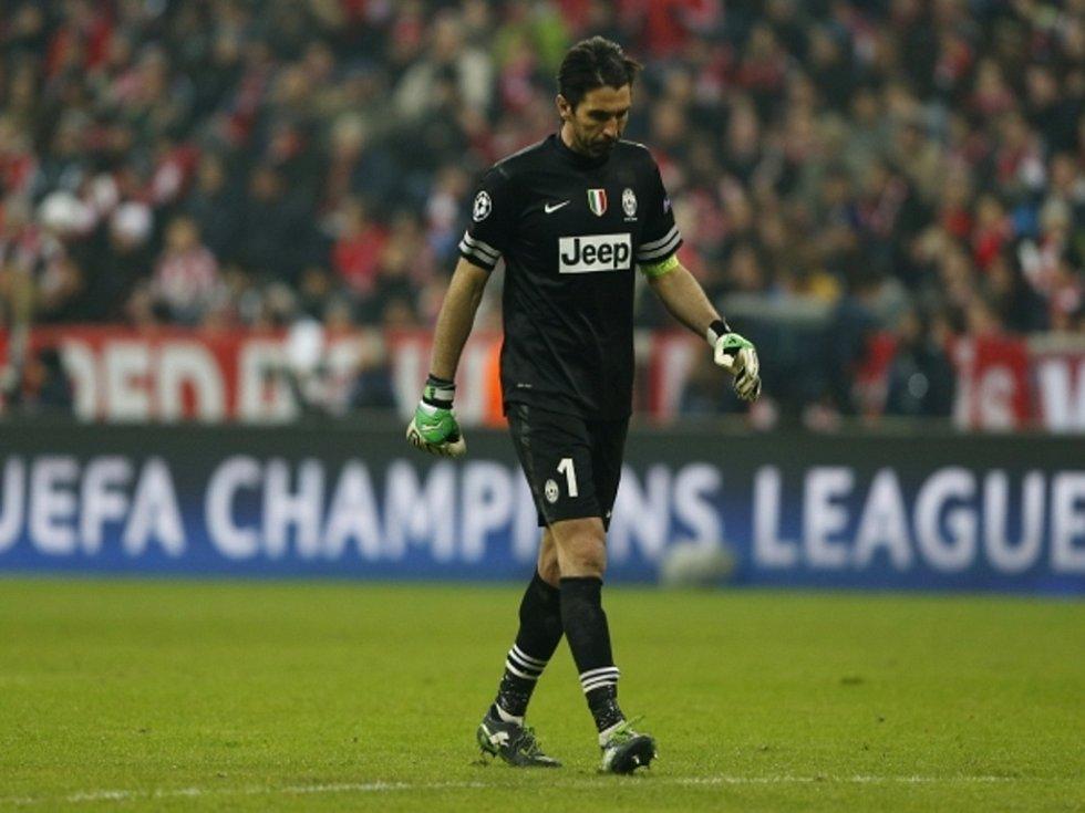 Zklamaný brankář Juventusu Gianluigi Buffon po rychlém gólu Bayernu Mnichov.