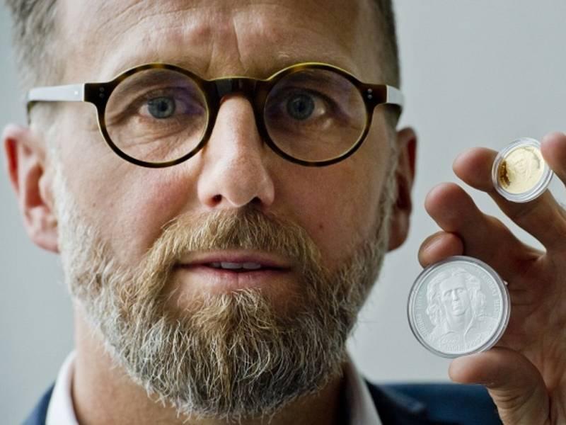 Karel Poborský se svou zlatou a stříbrnou pamětní mincí.