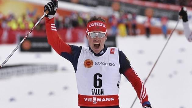 Maxim Vylegžanin se raduje ze zlata ve skiatlonu na MS.