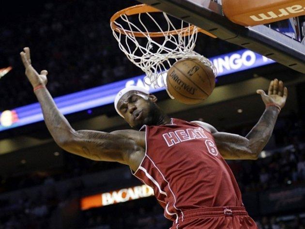 Hvězdný LeBron James z Miami se prosazuje proti Atlantě.