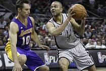 Tony Parker ze San Antonia (vpravo) se prosazuje přes Steva Nashe z LA Lakers.
