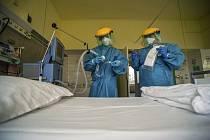 Zdravotnický personál kontroluje 24. března 2020 v ochranných oblecích ventilátor v Korányiho plicního ústavu v Budapešti