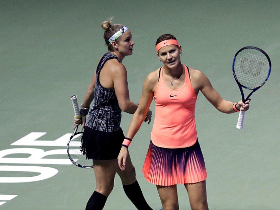 Lucie Šafářová (vpravo) a Bethanie Matteková-Sandsová ve finále Turnaje mistryň.