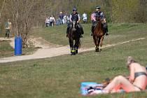 Policistky na koních hlídkují 12. dubna 2020 na břehu německého jezera Cospuden, jižně od Lipska