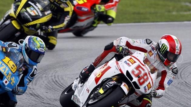 Marco Simoncelli (vpravo) před smrtelným pádem v Grand Prix Malajsie.