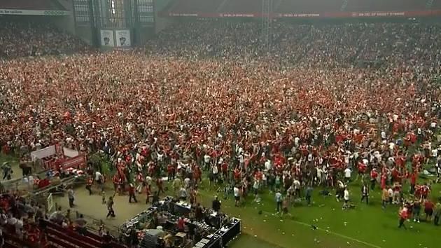 Fanoušci Dánska slaví vítězný gól.
