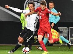 Tomáš Hořava (v červeném) v souboji s Matsem Hummelsem