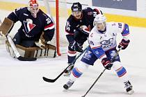 Hokejisté Slovanu Bratislava (v tmavém) při utkání KHL.