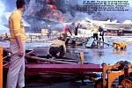 Oheň vypukl na letové palubě lodi, kde stály stíhačky připravené vznést se nad Vietnam