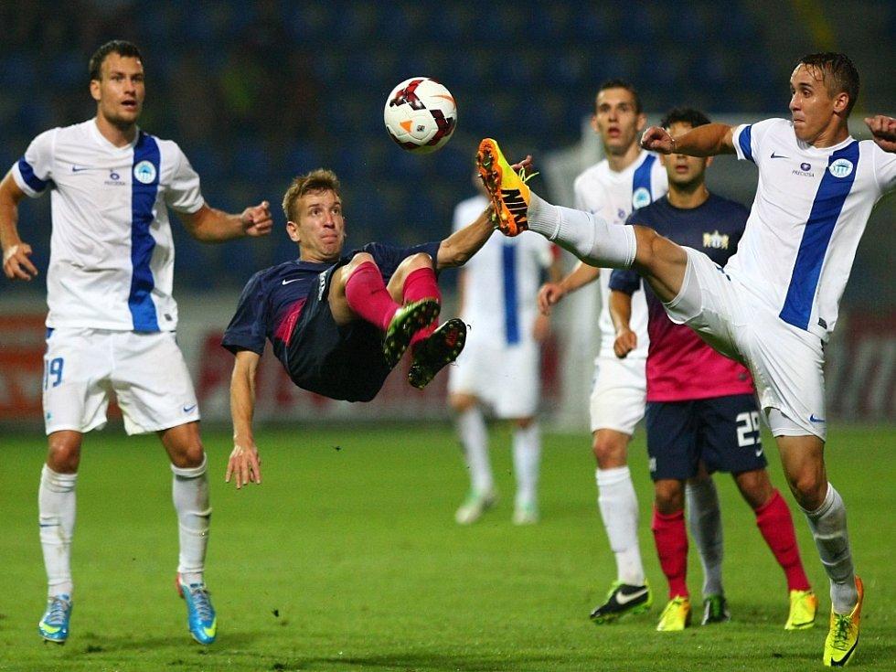 """Fotbalisté Liberce Michael Rabušic (vlevo) a Josef Šural (vpravo) se snaží překazit """"nůžky"""" hráče Curychu."""