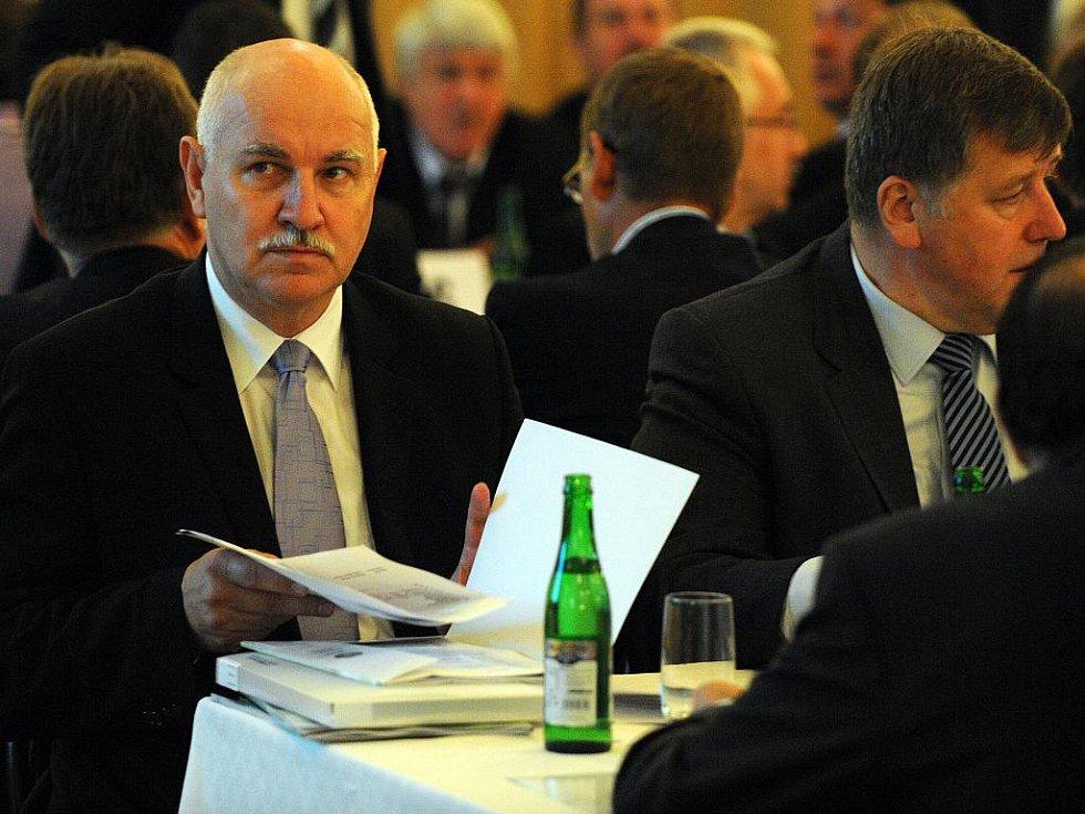 Pavel Mokrý (vlevo) ve své funkci předsedy ČMFS definitivně končí.