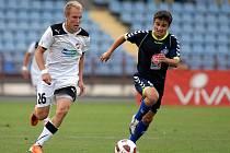 Daiel Kolář (vlevo) předbíhá záložníka Malakjana v zápase s Pjunikem Jerevan.