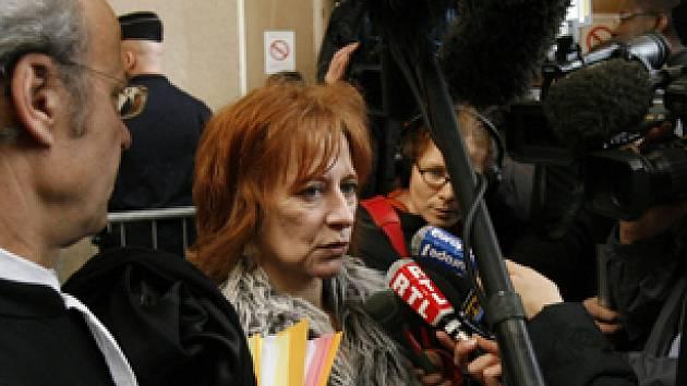Christine Peligatová, manželka jednoho z odsouzených pracovníků Zoeiny archy hovoří se zástupci médií.