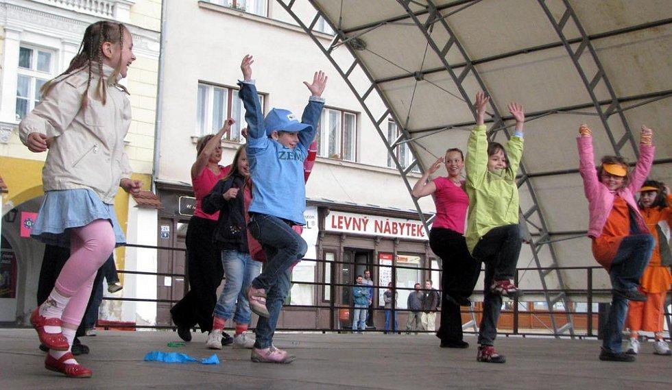 Kroměřížské středisko volného času Šipka připravilo pro děti z prvních stupňů všech základních škol v Kroměříži na tamním Velkém náměstí Den země. Jeho součástí byly hlavně soutěže nebo i taneční vystoupení.
