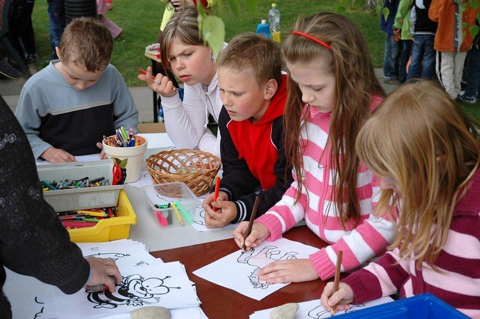 Řada obrázků s různými přírodními motivy vznikla na nepoužívané cestě nedaleko základní školy v Napajedlích. Vytvořili je tam mladí návštěvníci akce, kterou pořádal u příležitosti oslav Dne Země místní Dům dětí a mládeže