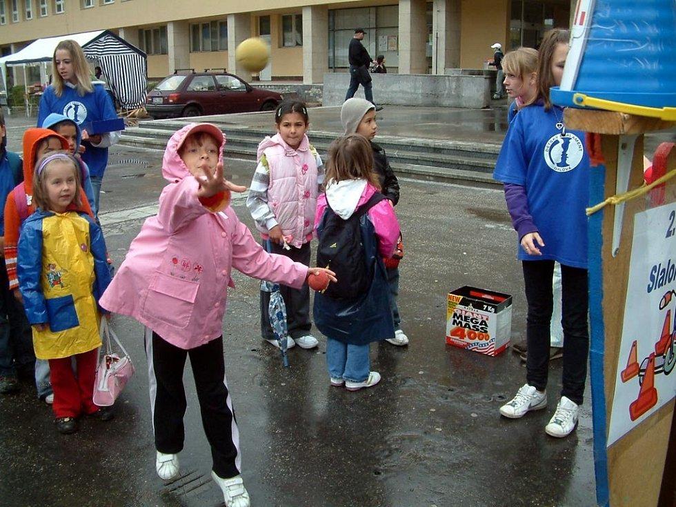 Náměstí v Orlové-Lutyni patřilo oslavám Dnů Zemi. Školáci, ale i veřejnost se mohli hodně dozvědět o vztahu člověka a přírody