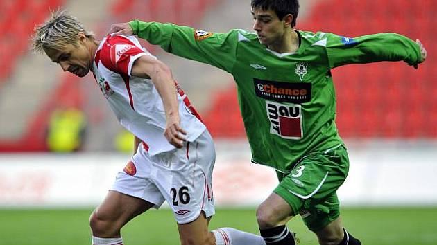 Anes Haurdič z Jablonce (vpravo) se snaží zastavit Jaroslava Černého ze Slavie.