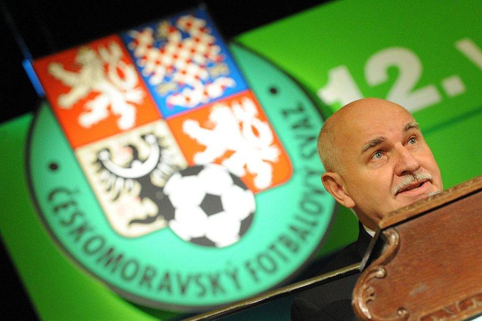 Dosluhující předseda ČMFS zahájil 12. valnou hromadu Českomoravského fotbalového svazu v Národním domě na pražském Smíchově