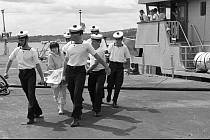 Irská námořní služba vytahuje z moře těla lidí, kteří zemřeli při výbuchu na palubě letu Air India 182.