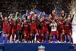 Fotbalisté Liverpoolu oslavují triumf v Lize mistrů.