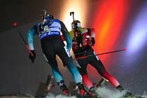 Závod SP v biatlonu ve sprintu na 10 km mužů, 20. prosince 2018 v Novém Městě na Moravě. Vítěz závodu Johannes Thingnes Bö (vpravo) z Norska a Martin Fourcade z Francie.
