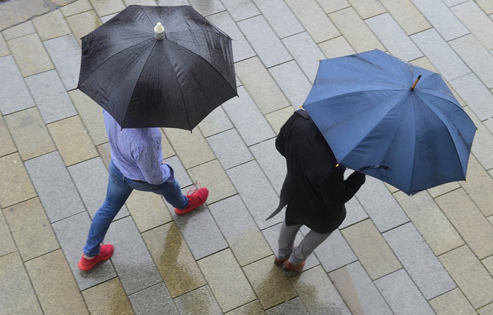 Lidé ukrytí pod deštníky. Ilustrační foto.