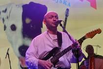 Zpěvák a kytarista Robert Nebřenský.
