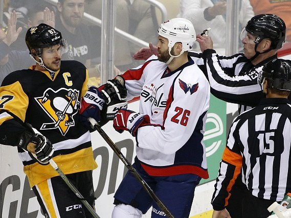 Daniel Winnik z Washingtonu (vlevo)') a Sidney Crosby z Pittsburghu.