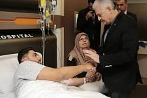 Turecký premiér Binali Yildirim navštívil v nemocnici přeživší útoku v nočním klubu.