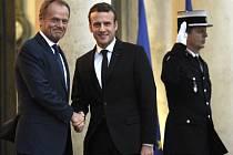Donald Tusk (vlevo) a Emmanuel Macron.