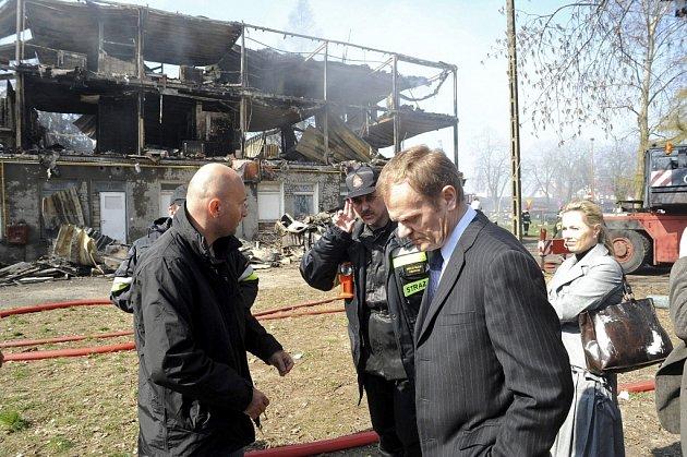 Polský premiér Donald Tusk u spálené ubytovny v městečku  Kamien Pomorski