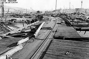 Situace po explozi. Snímek zachycuje v pravé části zničenou budovu přístavní truhlárny, vlevo od středového stožáru jsou zbytky zkroucené oceli