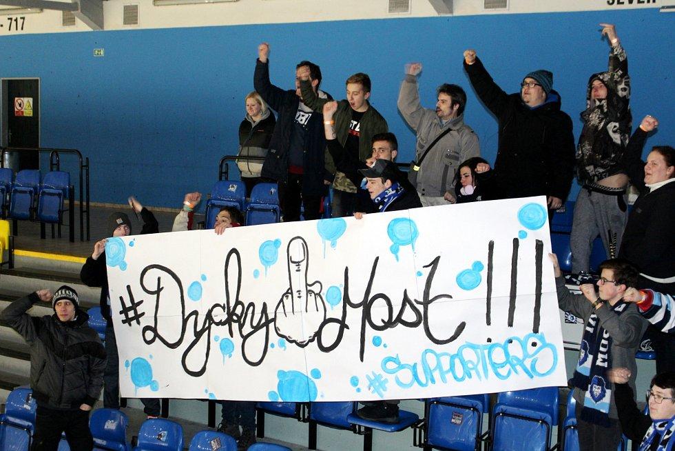 Seriál Most. Skalní fanoušci hokejistů z klubu Mostečtí lvi rozbalili transparent.