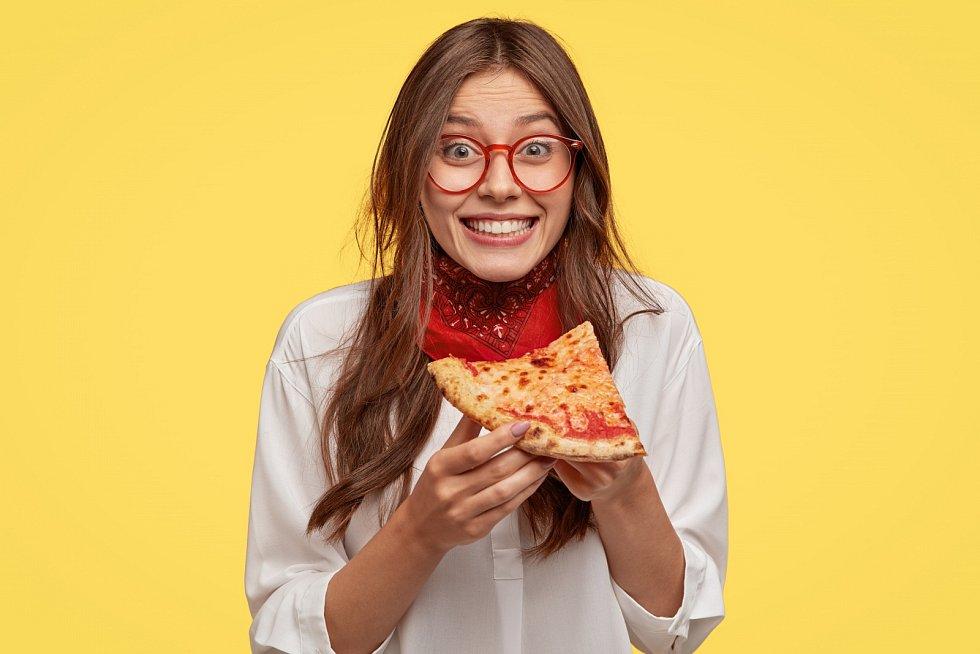 Ve fast foodu jí několikrát měsíčně čtvrtina Čechů.