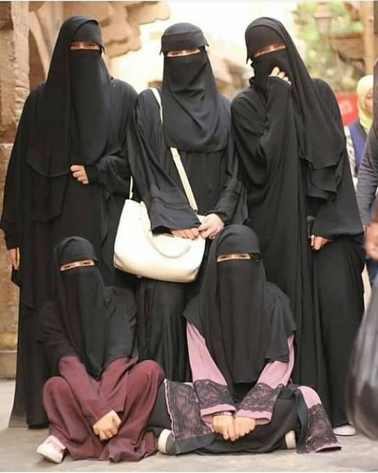 Narazit na skupinku žen zahalených od hlavy k patám je na východě zcela běžné.